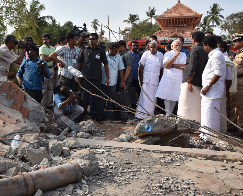 The Prime Minister, Shri Narendra Modi and the Chief Minister of Kerala, Shri Oommen Chandy, takes stock of the situation at Puttingal temple, Paravur, in Kollam, Kerala on April 10, 2016.