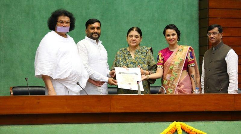 Menka Sanjay Gandhi, Lokesh Muni, Priyanka Kothari honoring MP