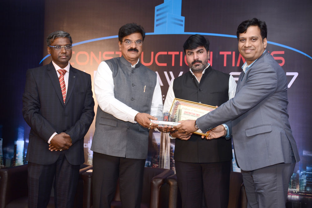 Mr. Vijay B. Pawar being felicitated as the most promising entrepreneur of the year 2017 by the Jury.