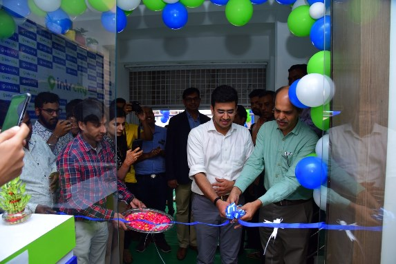 Shri Tejasvi Surya, MP South Bangalore, Inaugurates SmartBus lounge of IntrCity by RailYatri
