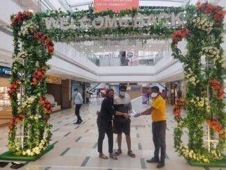 Inorbit mall Vashi stall welcomes shoppers